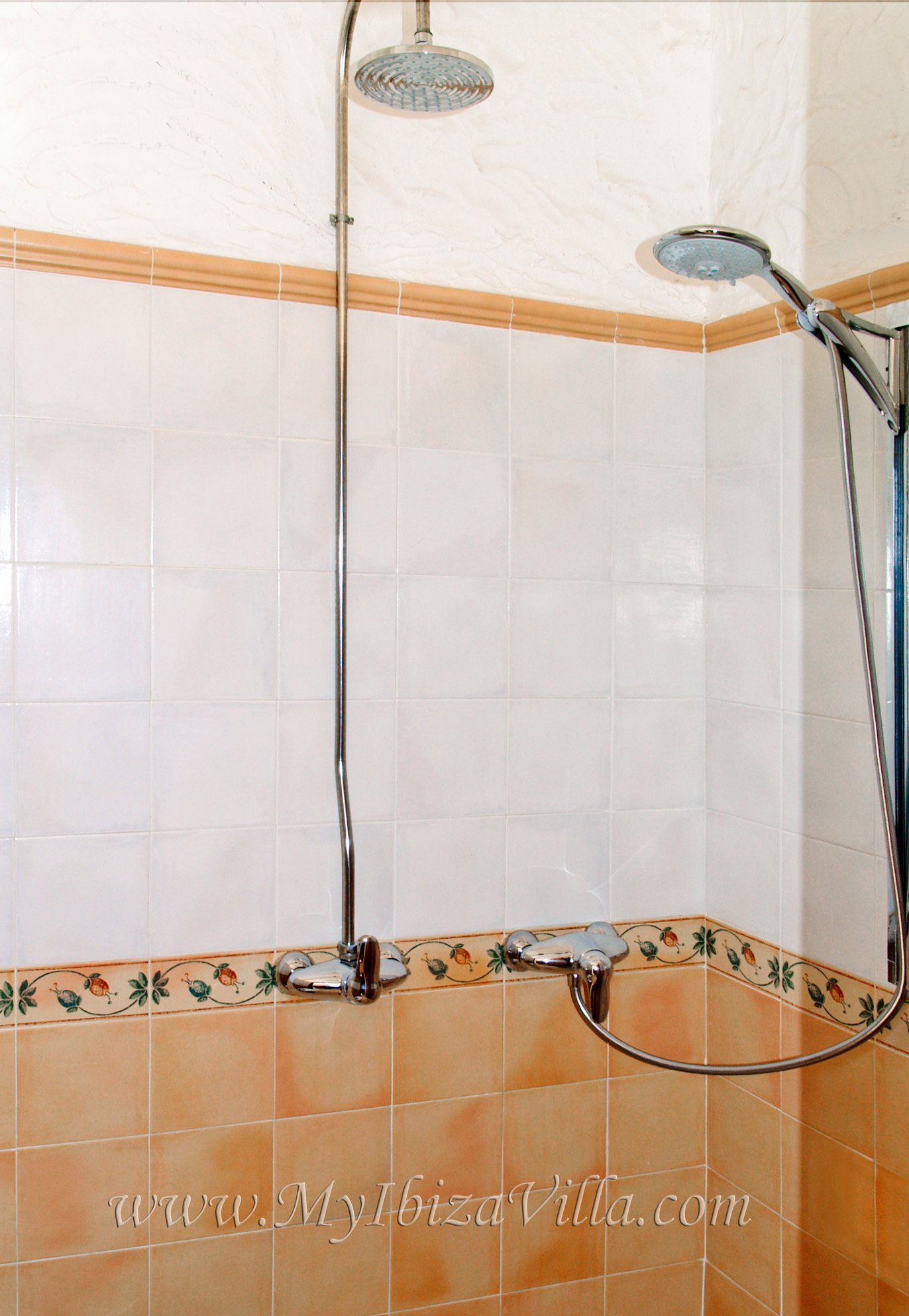 Twin shower room with rain-dance and massage-shower of this ibiza villa.