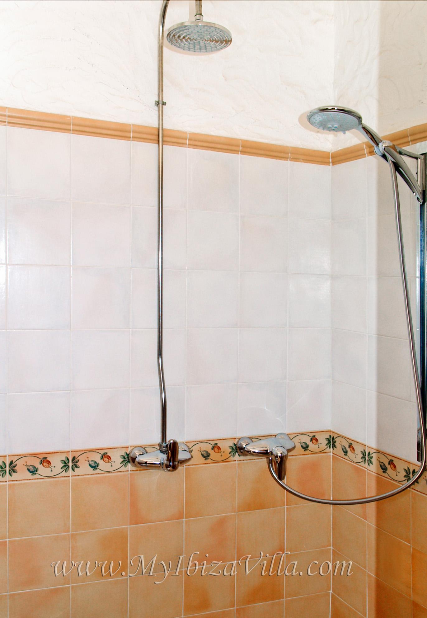 Een tweepersoons douche met rain-dance en massage douche van deze villa Ibiza.