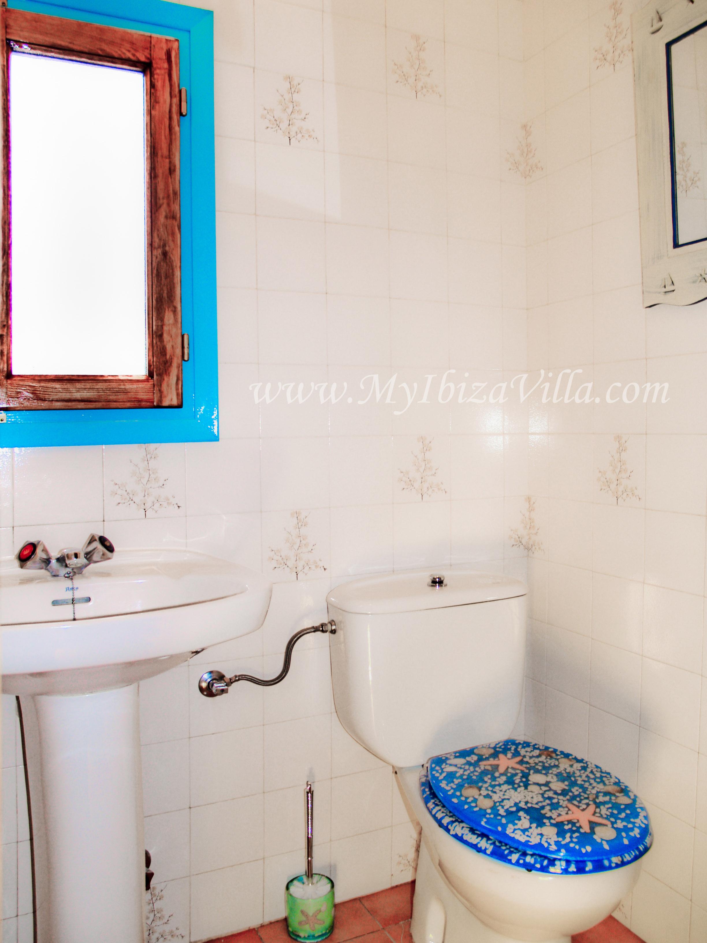 Badkamer met douche, wc en lavabo van deze villa Ibiza.
